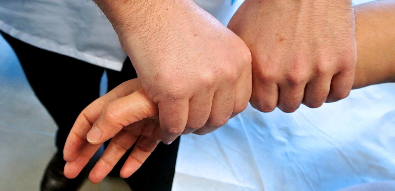 Ostéopathe manipulant le poignet d'une patiente